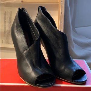 Halogen size 5. Asymmetrical cut peep toe pump